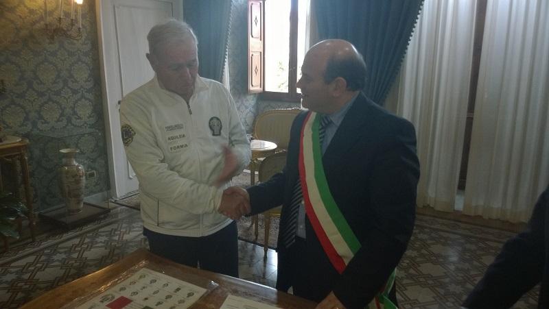"""Oggi il sindaco Nicola Sanna ha incontrato Michele Maddalena che con la sua """"Marcia della Concordia"""" farà tappa in venti Comuni della nostra isola."""