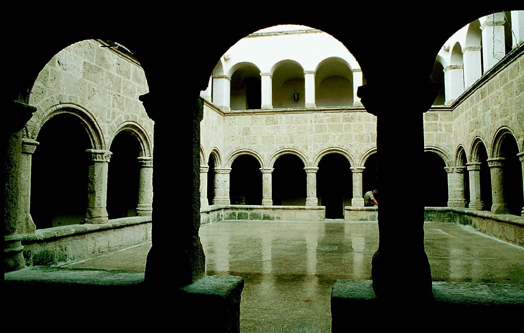 Chiostro del convento di San Francesco Alghero (SS). Monumenti aperti ad Alghero 16 e 17 maggio 2015.