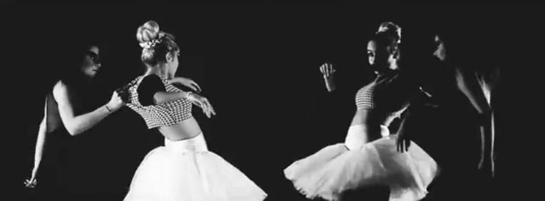 Le due ballerine sarde del video Strade di Fango Maria Pina Annunziata e Camilla Ledda