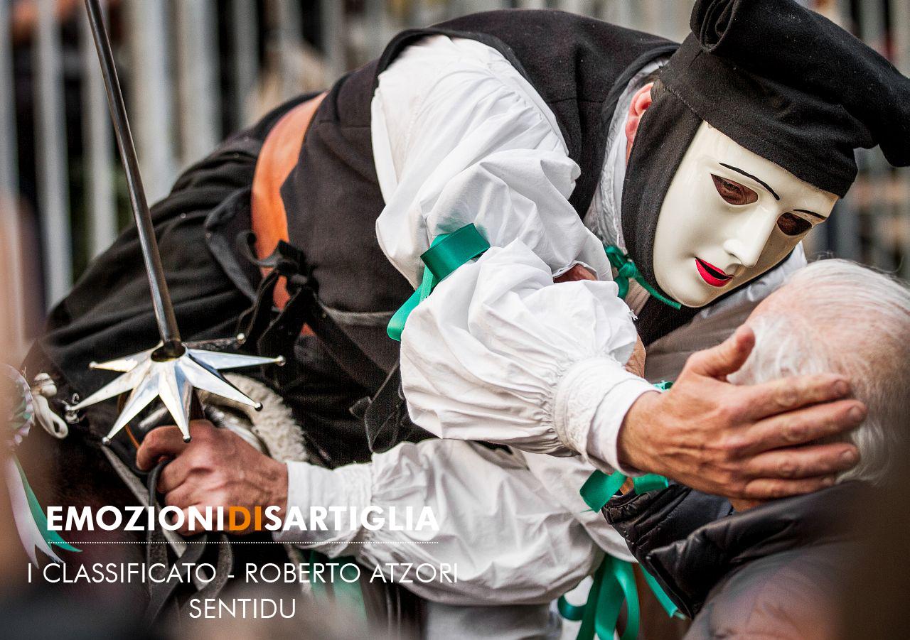 """Roberto Atzori - Sentidu. Il primo premio è andato a Roberto Atzori che per la fotografia intitolata """"Sentidu"""" ha ricevuto la pergamena da Alessandro Crobu."""