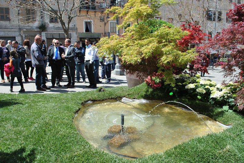 """Sesta rassegna florovivaistica """"Centro in... fiore"""" aperta ieri con il dono alla ciità di Sassari da parte dei florovivaistidel giardino di piazza monsignor Mazzotti."""