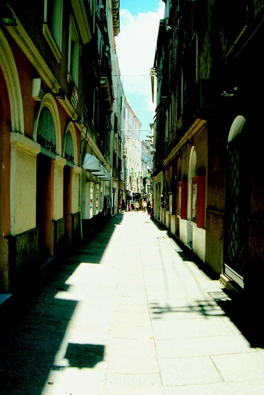 Via Carlo Alberto nel centro storico di Alghero. Monumenti aperti ad Alghero 16 e 17 maggio 2015.