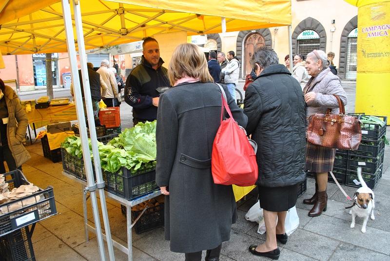 Sassari Campagna Amica. Coldiretti 24 giugno 2015: Il cibo rimasto invenduto nel mercato di Campagna Amica di Sassari sarà destinato alle mense dei poveri.