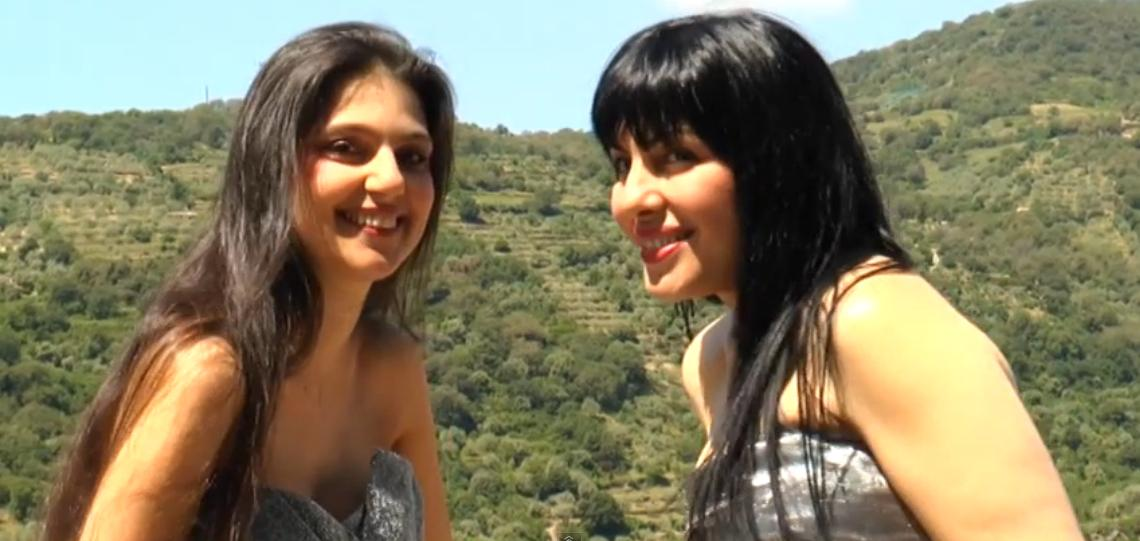 Sola so' ultimo video di Maria Giovanna Cherchi e Cecilia Concas.  Maria Giovanna Cherchi e Cecilia Concas duettano in Sola so' la canzone dell'estata 2015.