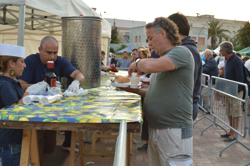 Sabato 27 giugno a Stintino la Sagra del pesce 2015. Orate e spigole arrosto nella piazza dei 45. Anche un mercatino dell'enogastronomia, dell'artigianato e poi tanta musica con Alessia e i Reset.