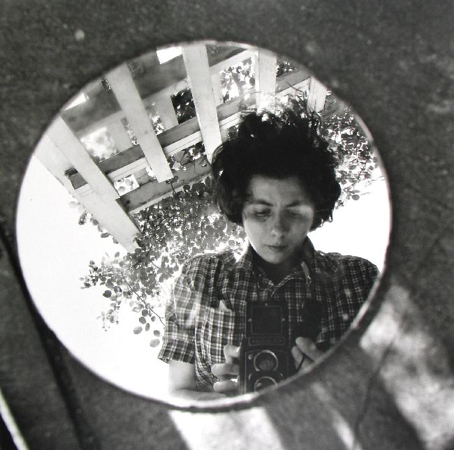 VIVIAN MAIER Street Photographer mostra fotografica di una tata degli anni cinquanta con la passione per la fotografia. Visitabile al MAN di Nuoro fino all'8 ottobre 2015. autoritrattogiugno 1953
