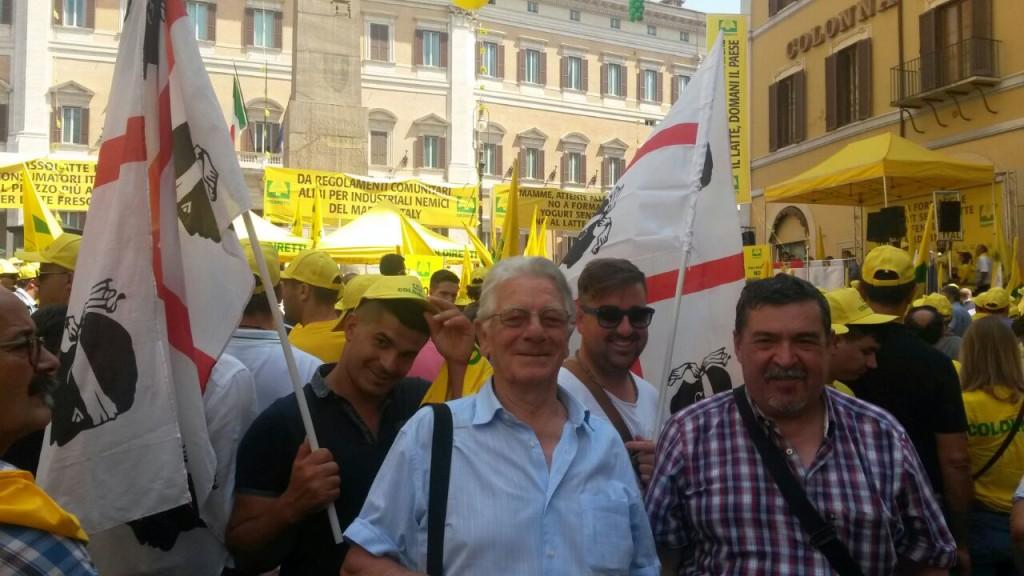 """Manifestazione Roma 8 luglio 2015. Coldiretti 8 luglio 2015: gli allevatori sardi a Roma: """"con la polvere di latte a rischio i formaggi tipici e l'export""""."""