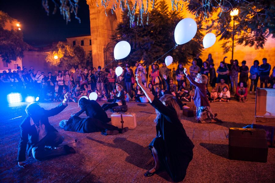 Passo dopo passo nella foto.  Gran finale domenica ai Giardini Pubblici per il 18° Girovagando, festival internazionale di arte in strada: picnic con gli artisti, spettacoli, concerto, sorprese e un'asta di mobili per sovvenzionare la manifestazione.