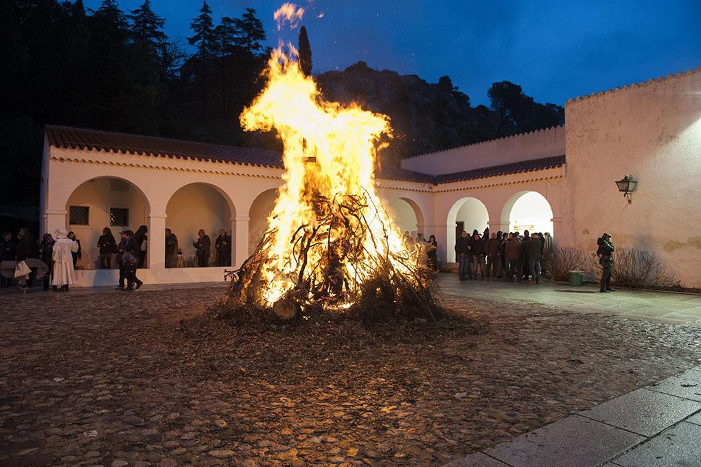 IL FUOCO DI SANT'ANTONIO - Sabato 30 Gennaio 2016 nel piazzale antistante il Museo del Costume l'ISRE celebrerà Sant'Antonio Abate.