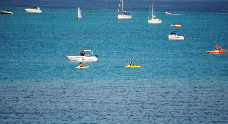 Stintino barche alla Pelosa. Al centro culturale di Stintino corsi per patenti nautiche.