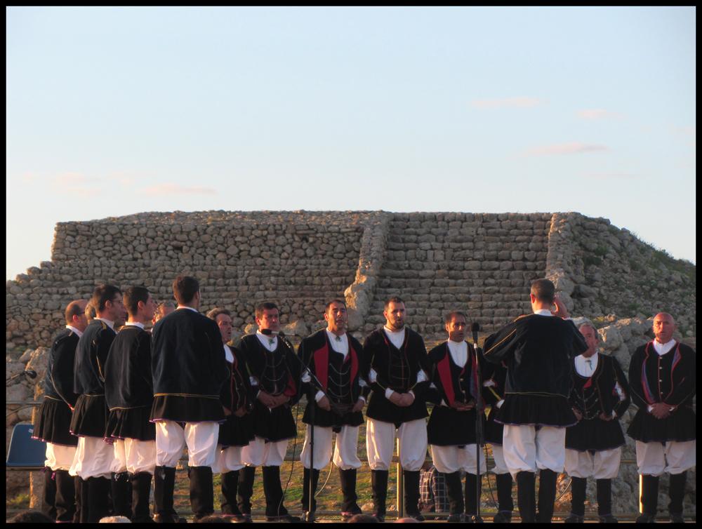 La Cavalcata Sarda 2016 è accompagnata anche quest'anno dalla rassegna dei canti e delle danze tradizionali della Sardegna, i gruppi folkloristici isolani si esibiranno in 3 imperdibili appuntamenti, proponendo un vasto repertorio musicale e coreografico.