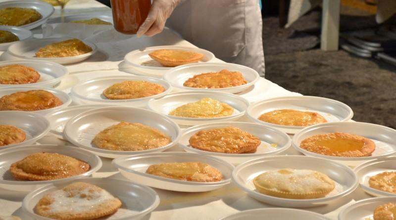 Arzachena un ponte del 2 giugno 2016 da non dimenticare. Magnendi e passizendi evento tra Arte e Cucina Locale un 2 giugno tutto da gustare. Seadas dolce tipico sardo.