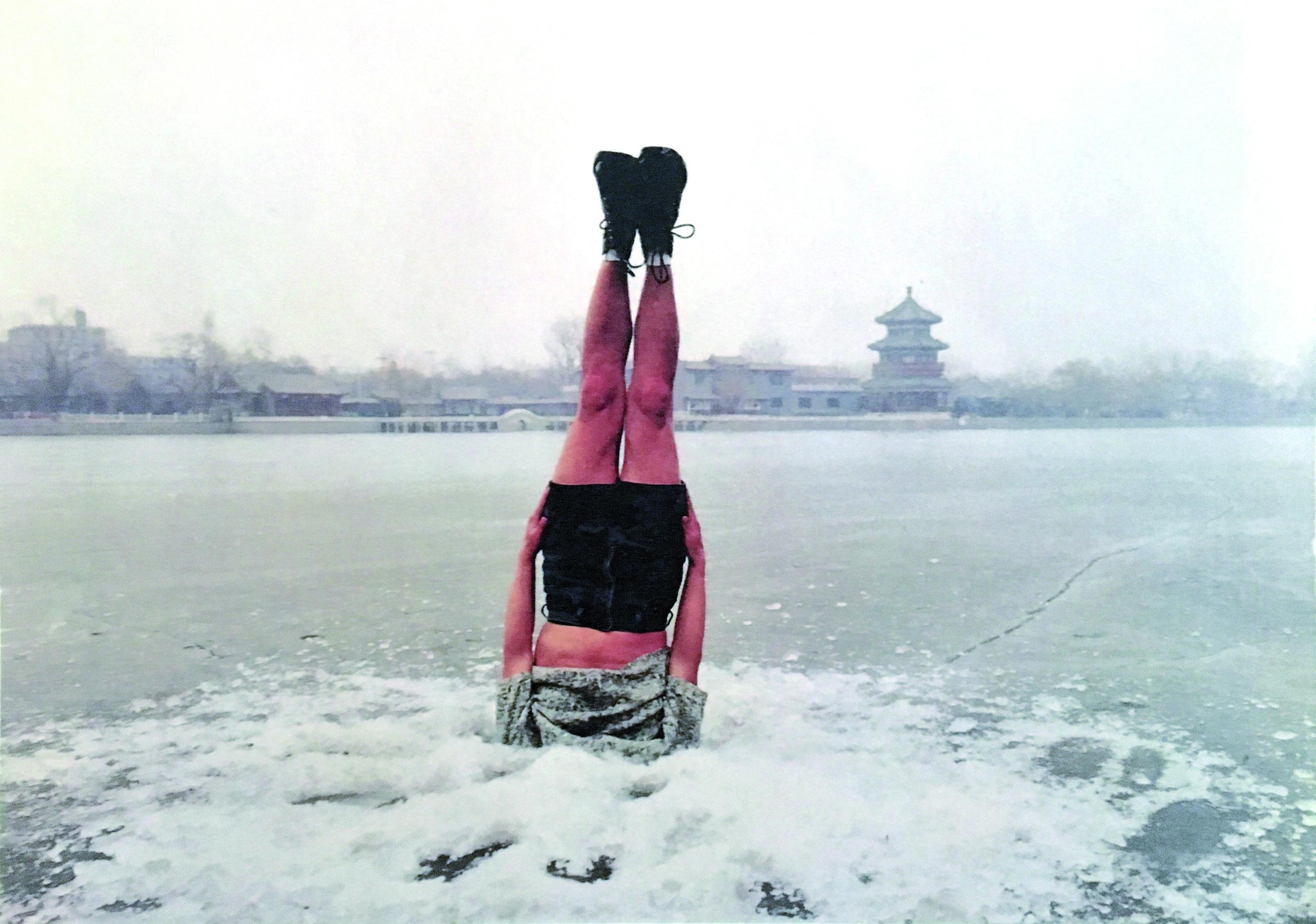 """Li Wei - Cina - Liwei falls to the ice hole - Beijing 31 01 2004. Sguardi sul mondo attuale #1 Eastern eyes """"Arte contemporanea internazionale da una collezione privata in Sardegna"""" a Cagliari nel Centro d'Arte EXMA visitabile fino al 28 agosto 2016."""