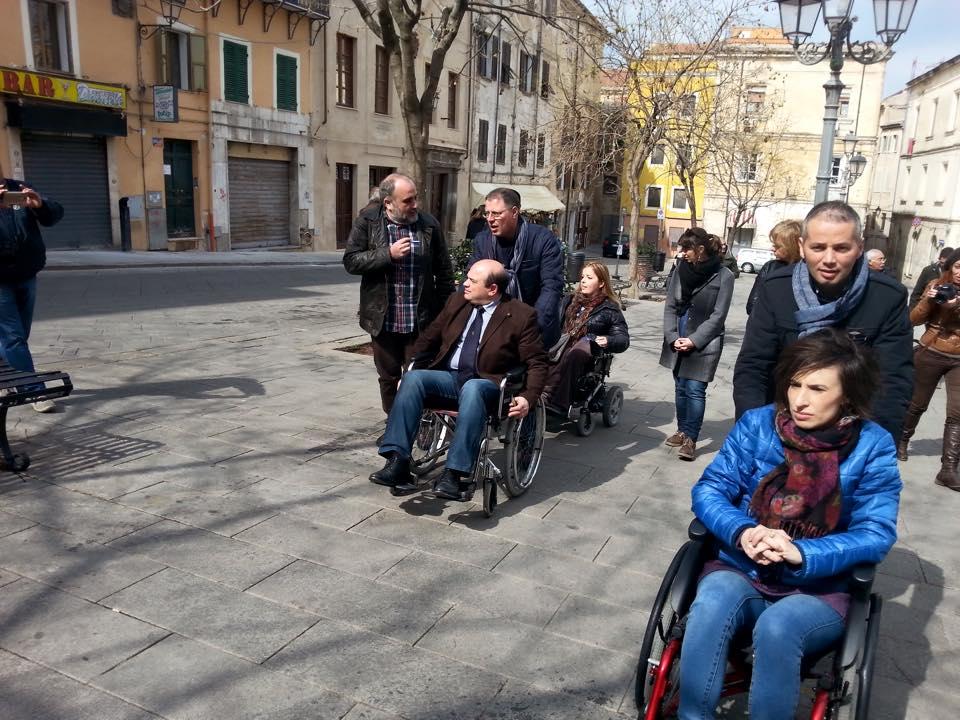 Sindaco Nicola Sanna in carrozzina per le vie di Sassari marzo 2015