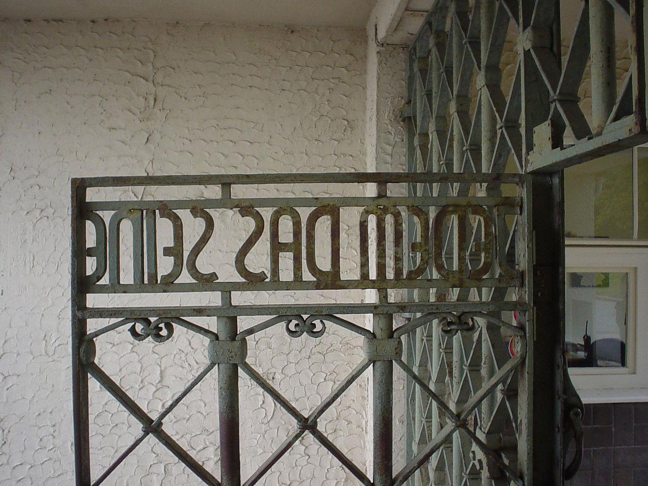 """Il cancello principale di ingresso di Buchenwald con la scritta """"Jedem das Seine"""", cioè """" A ciascuno il suo"""". Foto di Gate_KZ_Buchenwald.jpg: Pascal Rehfeldt."""