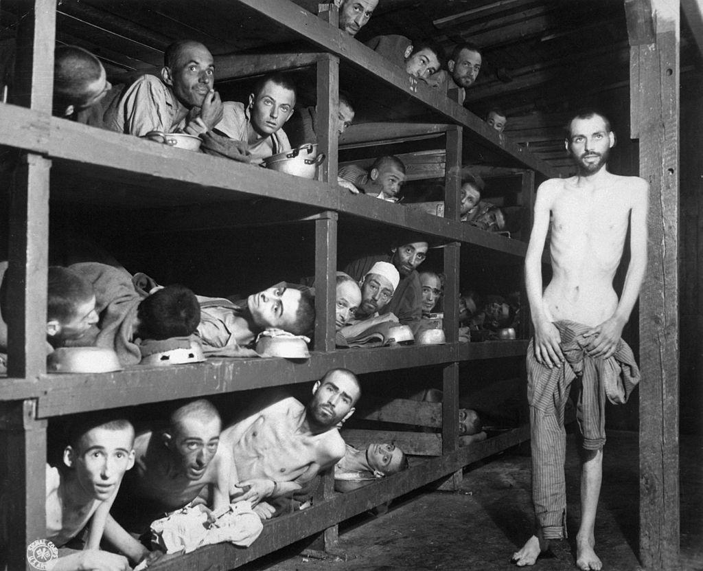 Lavoratori forzati a Buchenwald il 16 aprile 1945. Si riconosce Elie Wiesel (7º da sinistra nella 2ª fila dal basso).