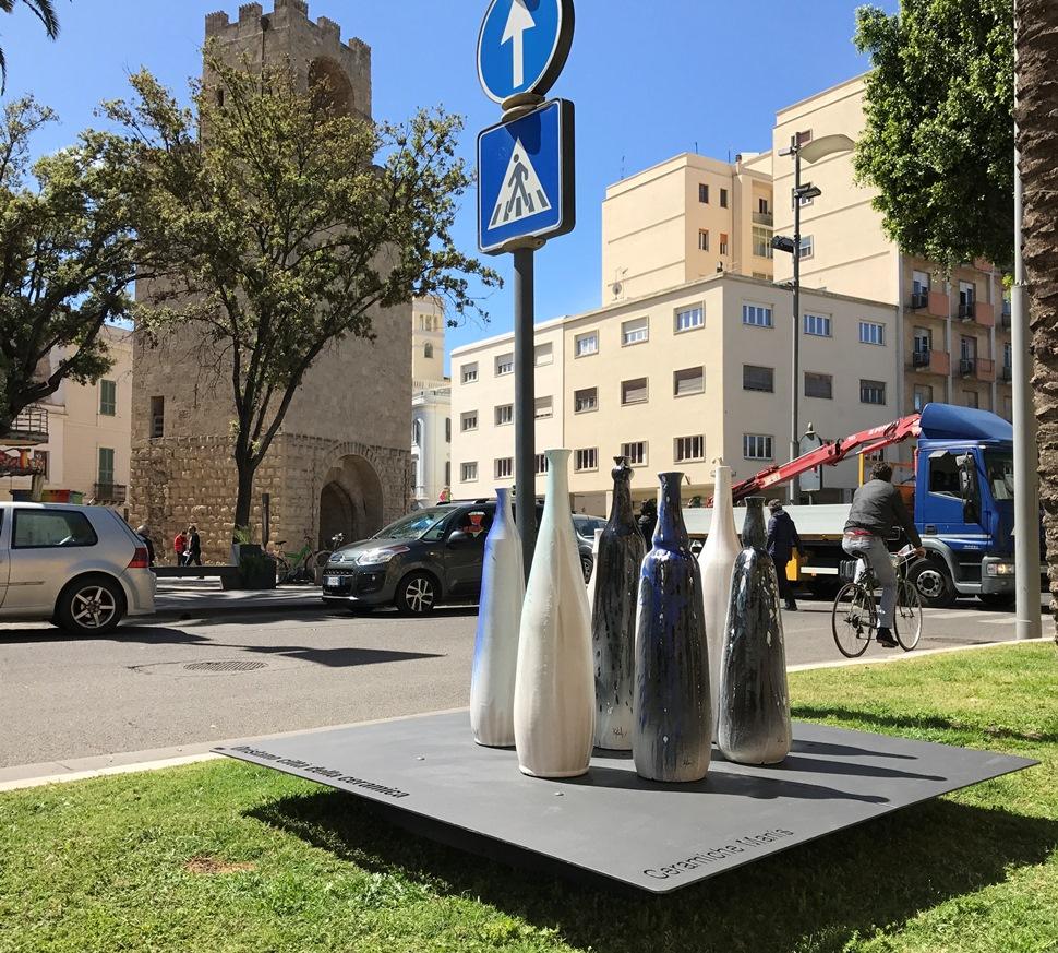 """Oggi 2 maggio 2017 nei giardini pubblici di piazza Roma e piazza Eleonora d'Arborea sono state posizionate le prime piattaforme con le installazioni ceramiche con il nome dell'artista che le ha realizzate e un richiamo al titolo """"Oristano Città della Ceramica""""."""