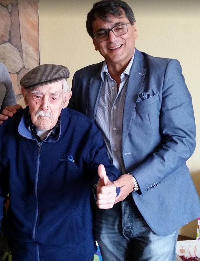 Valerio Piroddi di 111 anni con Roberto Pili. La Comunità Mondiale della Longevità e ricercatori dell'Università di Cagliari danno il via allo studio del Microbiota dei centenari sardi.