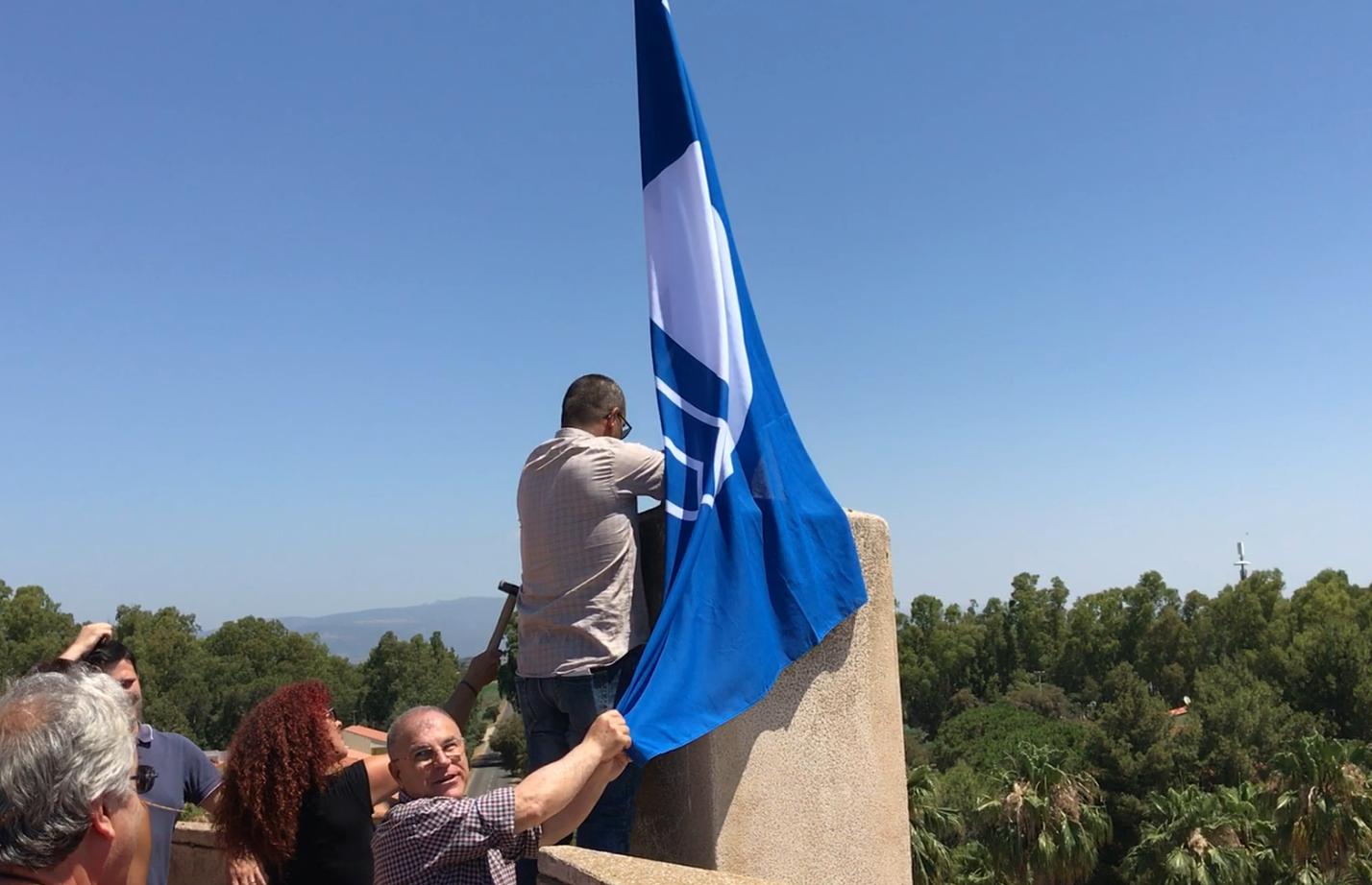 La bandiera blu sulla torre spagnola di Torre Grande a Oristano. La Bandiera blu 2017 issata a Torre Grande.
