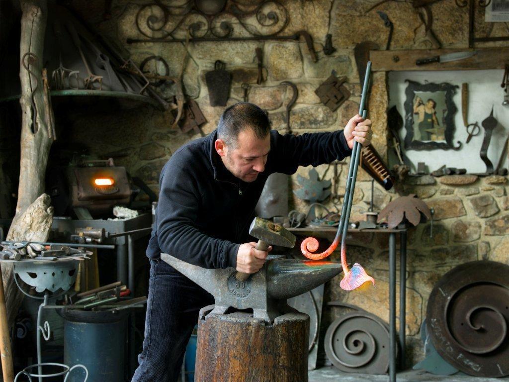 Roberto Ziranu nasce nel 1969 ad Orani, dove apre la prima bottega artigiana all'età di diciannove anni, forte di una tradizione fabbrile di famiglia iniziata nella seconda metà dell'Ottocento.