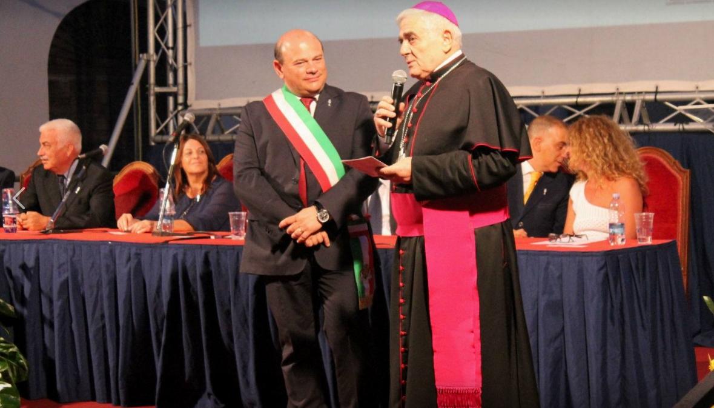 Domenica 13 agosto 2017 consegnata dal sindaco Nicola Sanna una targa ricordo a monsignor Paolo Atzei