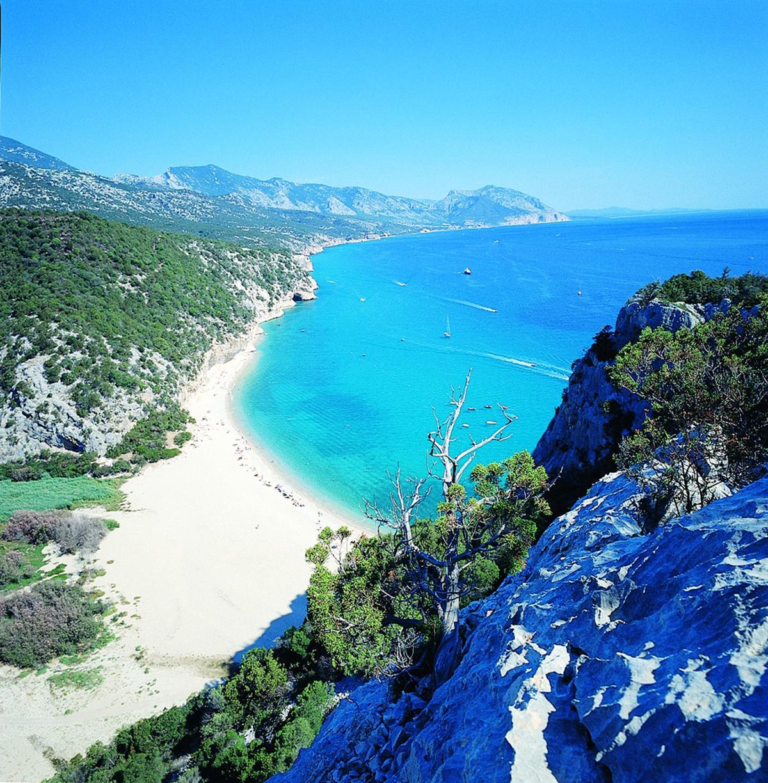 Al centro della costa orientale della Sardegna tra la Barbagia e l'Ogliastra si trova una delle spiagge simbolo dell'Isola per il suo aspetto selvaggio e la sua bellezza incontaminata. Cala Luna è sulla costa centro orientale, nel Golfo di Orosei.