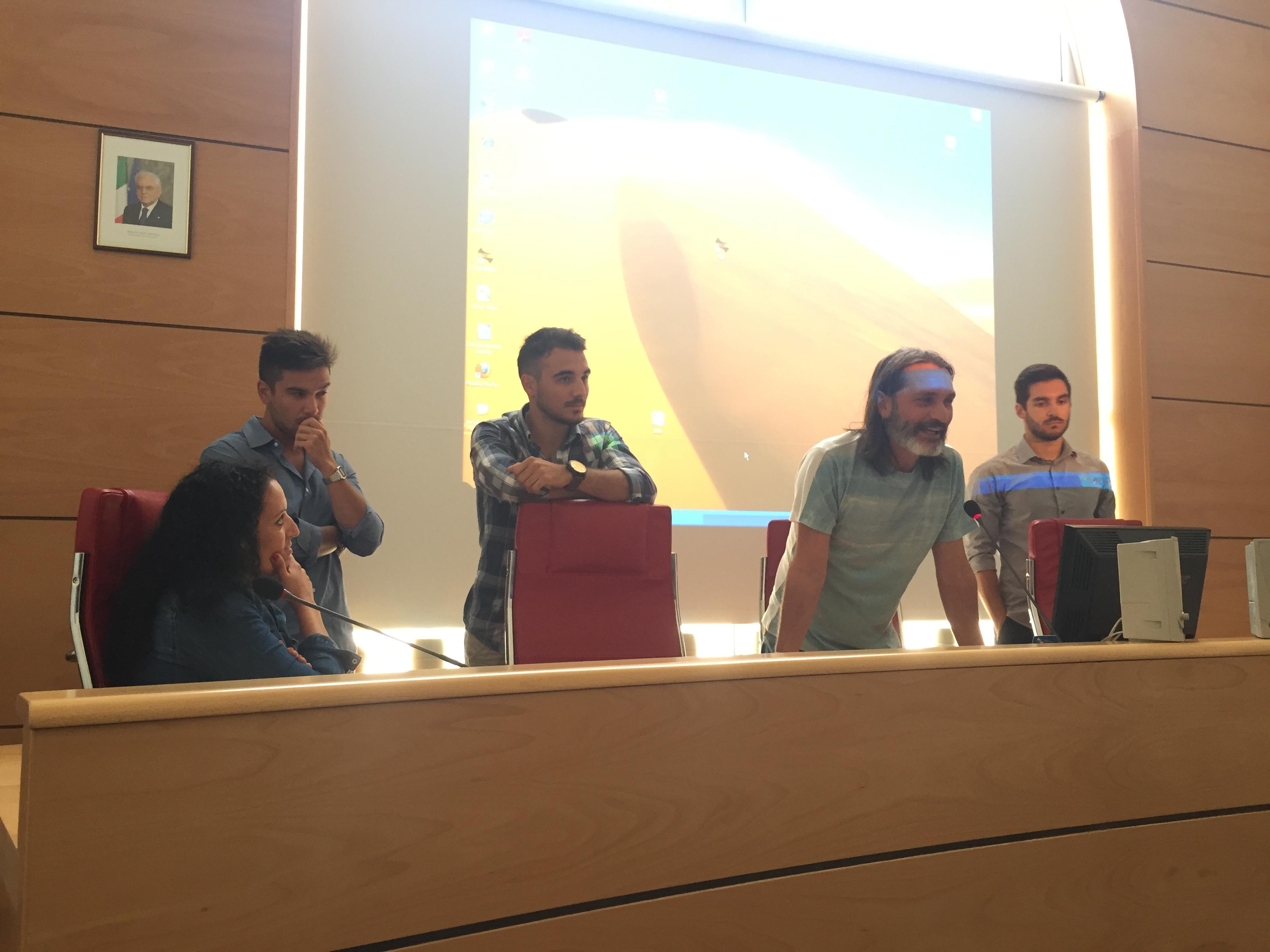 LAST LIGHT E' IL NUOVO CORTOMETRAGGIO DEI DAY TRIPPERS AMBIENTATO ALL'ASINARA. Presentato nella sala Consiglio a Porto Torres il lavoro realizzato dai giovani videomaker. Sarà visibile sul web da sabato 12 agosto 2017.