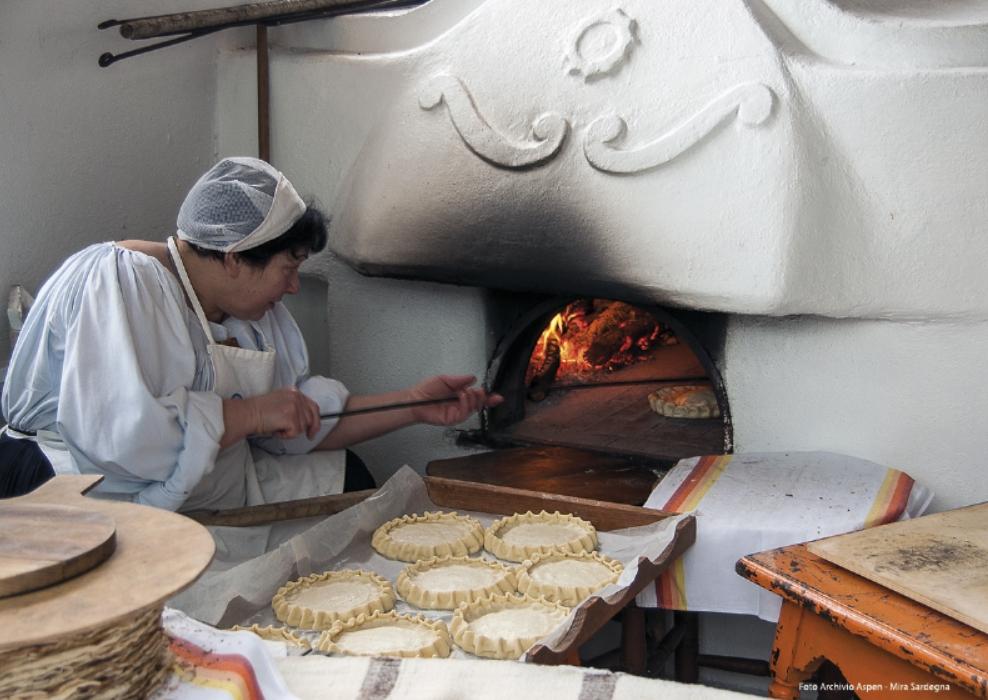 Oliena Cortes Apertas 8.9.10 settembre 2017 programma completo. Massaia che prepara dolci tipici olianesi