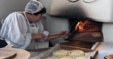 Oliena Cortes Apertas 8.9.10 settembre 2017 Massaia che prepara dolci tipici olianesi. Oliena Cortes Apertas 8.9.10 settembre 2017 programma completo.
