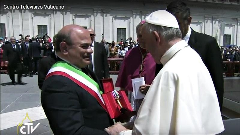 Sassari Sindaco Nicola Sanna con Papa Francesco 04 giugno 2017