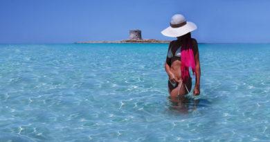 La spiaggia della Pelosa, nei pressi di Stintino, domina il paesaggio con il candore del suo arenile e la trasparenza delle sue acque. Spiagge di finissima sabbia bianca con acque dalle infinite sfumature cro