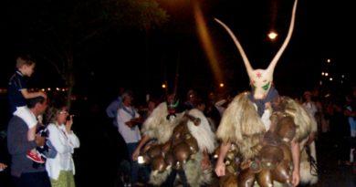 Notte delle maschere e delle tradizioni per le vie di Stintino venerdì 11 agosto 2017.