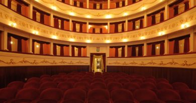 La Trattoria dei desideri giovedì 14 settembre 2017 al Teatro Civico di Sassari, una commedia scritta da Adele Loriga con protagonisti attori il coro di Casa Serena e ballerine di danza orientale. L'ingresso è libero.