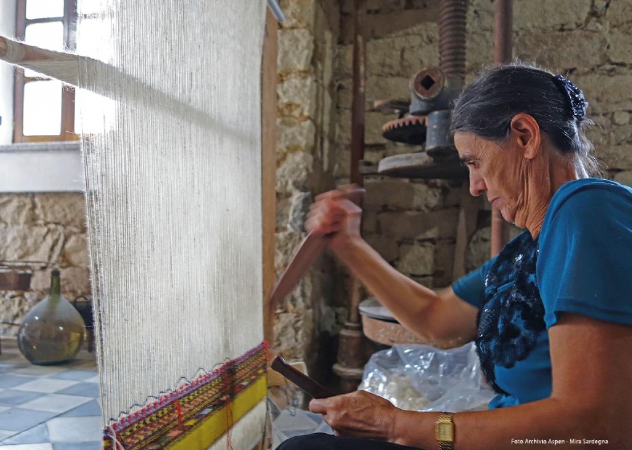 Sarule donna al telaio tradizionale