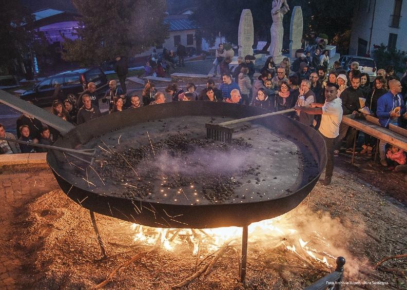 Belvì Cortes Apertas 21 e 22 ottobre 2017 Giochi e sapori in Barbagia distribuzione gratuita delle castagne in piazza