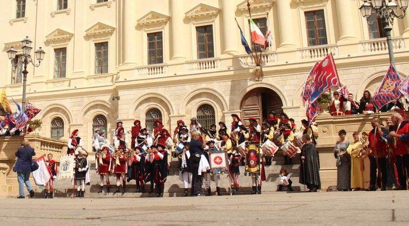 Il Medioevo rivive a Sassari grazie alla Giostra della Torre sabato 14 ottobre 2017 il centro storico cittadino sarà animato da 150 figuranti in abiti d'epoca che sfileranno lungo le vie per completare la manifestazione con il Palio degli Sbandieratori in piazza Santa Caterina.