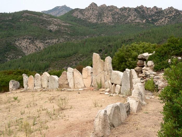 La mattina andremo nel Comune di Triei dove visiteremo la tomba dei giganti di Osono che con i suoi 23 metri di lunghezza, è una delle più grandi e meglio conservate di tutta l'isola.
