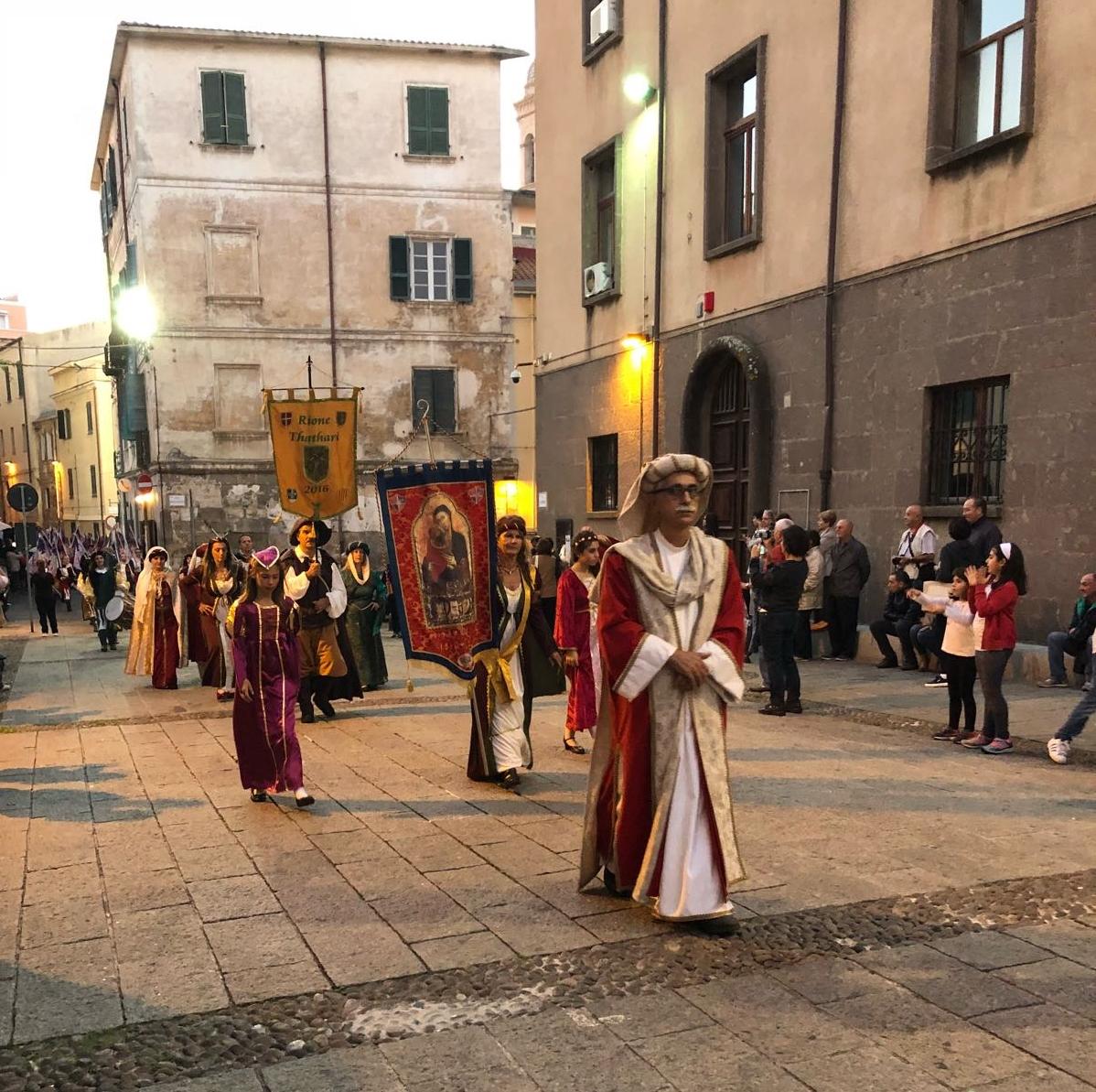 I costumi e le tradizioni del Medioevo ieri a Sassari, il cuore medievale della città ha ospitato un corteo di 150 figuranti in abiti d'epoca. In piazza santa Caterina si è tenuto il palio degli sbandieratori, vinto da Mirko e Fabio del Rione Silki.