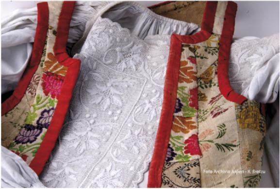 Tiana Cortes Apertas 11 e 12 novembre 2017 particolare del costume tradizionale femminile